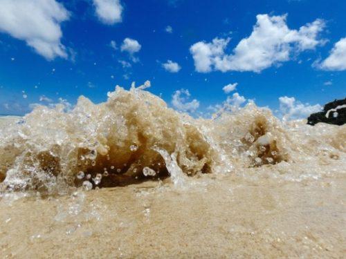 波で押し寄せる砂