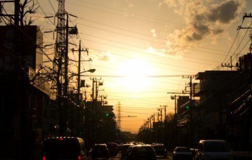 幹線道路から見渡す夕焼け