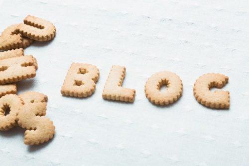 白い背景に英数字のクッキーでブログ