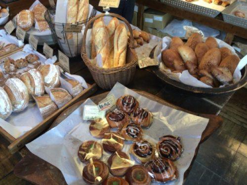 陳列棚に置かれた色々なパン