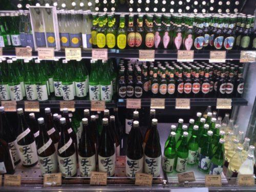 陳列棚に置かれた様々なお酒
