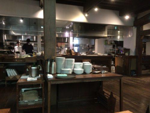 モキチトラットリアの厨房をテーブルから撮影