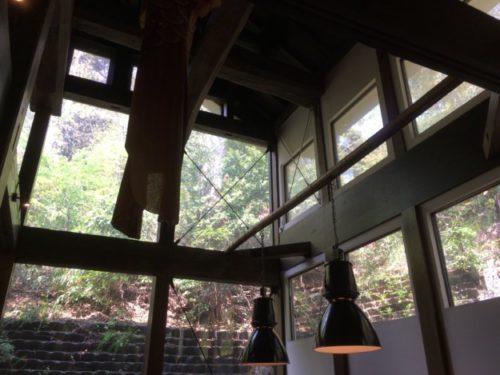 モキチトラットリアの天井をテーブルから撮影