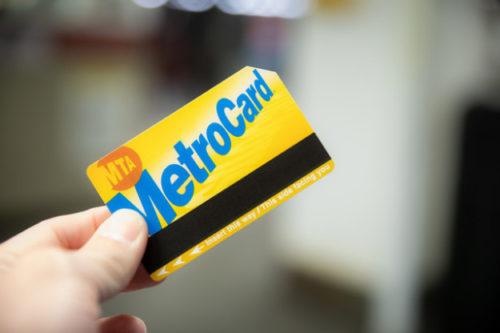 クレジットカードを財布から取り出した瞬間