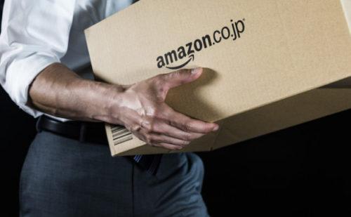 アマゾンのダンボールを持つサラリーマン