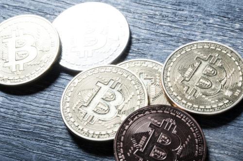 机の上にばら撒かれたビットコイン