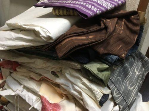 査定待ちの大量の着物類