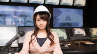 ヘルメットを被り、ニュースを伝える女性アナウンサー