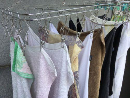 ステンレスの洗濯ピンチに衣類が干されている全体図