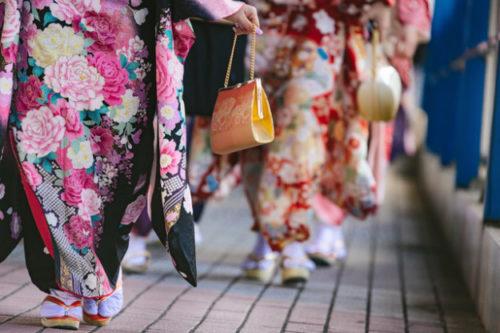 成人式に参加する着物姿の女性の足元