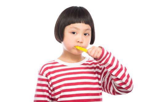 歯磨きを練習する少女