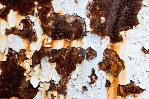 錆びた外壁の壁