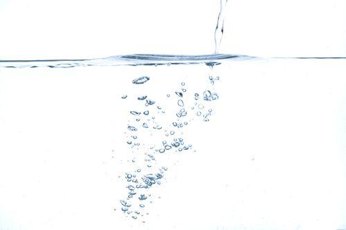 水面と注ぐ水の気泡