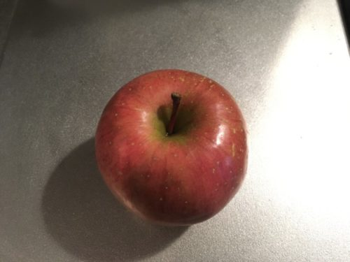 台所に置かれたリンゴ