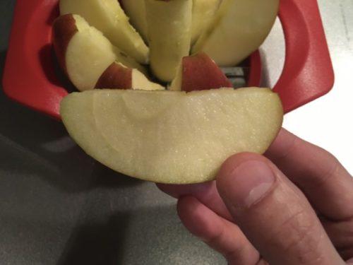 リンゴカッターで切り分けたリンゴの側面