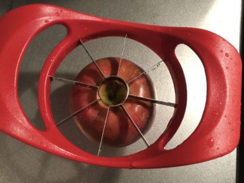 リンゴカッターをリンゴ上部に乗せて撮影