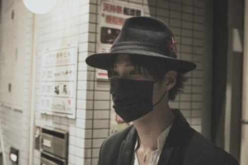 黒いマスクを付ける男性