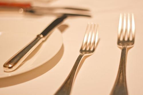 テーブルの上に置かれたフォーク