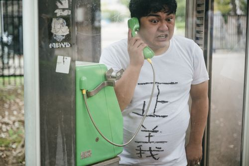 電話する太った男性