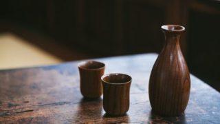 木目のテーブルに徳利